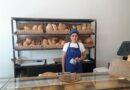 """Il personaggio del mese di agosto 2020: Isabella Torrisi e il suo """"Forno del Borgo""""dove si trova il pane fatto con farine prodotte a Sarteano. """"Si parla tanto di sapori di una volta, di farina naturale, di prodotti a chilometro zero. Diciamo – sottolinea – che con la mia famiglia abbiamo osato con il cuore, ma usato la testa, con una preventiva indagine di mercato""""."""