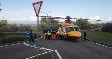 Sarteano: abile manovra dei piloti del Pegaso che ieri è atterrato su un tratto di strada per prelevare un ferito da arma da fuoco