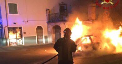 San Giovanni Valdarno: si salva riuscendo a scendere in tempo dall'auto che ha preso fuoco