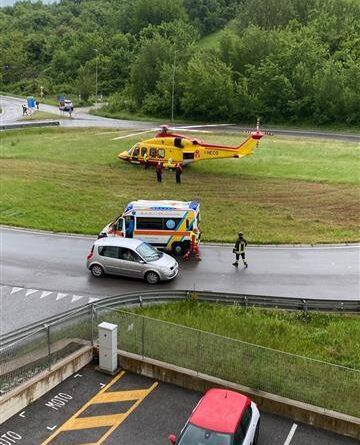Siena: a causa del cattivo tempo l'elisoccorso Pegaso, con paziente a bordo, è stato costretto ad atterrare sulla rotonda davanti alla caserma dei vigili del fuoco