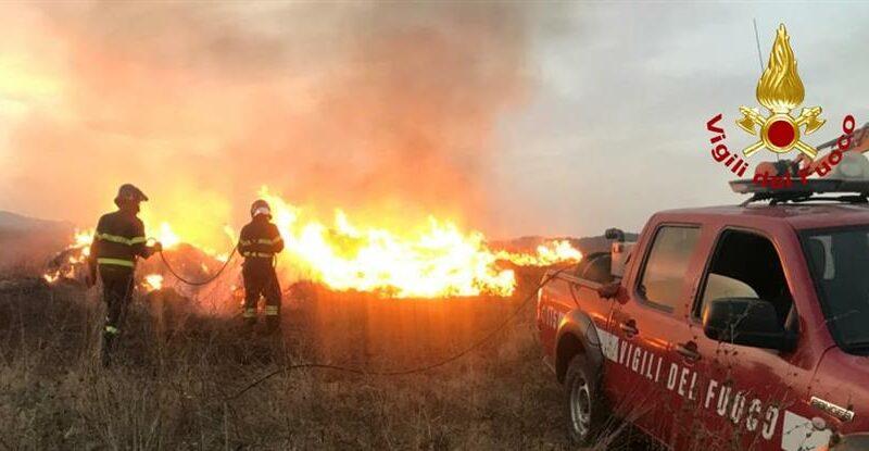 Bibbiena: vanno a fuoco 50 rotoballe a Soci. Intervengono i vigili del fuoco