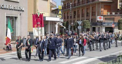 Chiusi: la Città ha celebrato la Festa della Liberazione con un corteo che ha visitato tutti i monumenti ai caduti della città. Particolarmente apprezzato il discorso del sindaco Juri Bettollini
