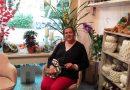 """Il personaggio del mese di novembre 2019: Daniela Pifferi e il suo salotto fiorito aperto a Sarteano."""" Il mio negozio – racconta – è maggiormente un salotto, ci sono anche le poltrone! Qui non si entra solo per acquistare, ma anche per riposare, parlare, prendere un caffè… A me piacciono le piante, ma anche la gente mi piace, mi incuriosisce. Si può continuamente imparare dagli altri, fare nuove amicizie, crescere…"""""""