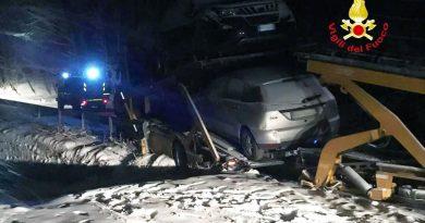 Santa Fiora:i vigili del fuoco rimettono su carreggiata un camion che trasportava auto e che era finito fuori strada