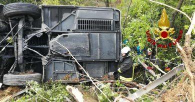 Poggibonsi: una donna muore per un incidente stradale di un pullman che si è rovesciato sul raccordo Firenze-Siena vicino Badesse