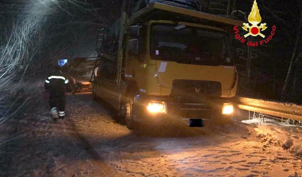 Allerta neve: i vigili del fuoco intervengono a Castell'Azzara, Santa Fiora e a Pitigliano per soccorrere mezzi in difficoltà